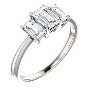 Three Stone Emerald Diamond Ring- Anillos de compromiso en Monterrey